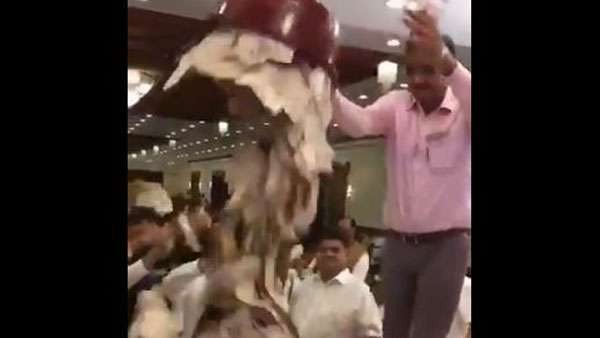 Watch shocking video of devotees showering cash on 'bhajan' singer; Netizens compares act with dance