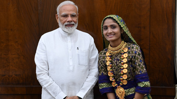 Gujarati folk singer meets Modi says,PM gave me Rs 250, said keep practising