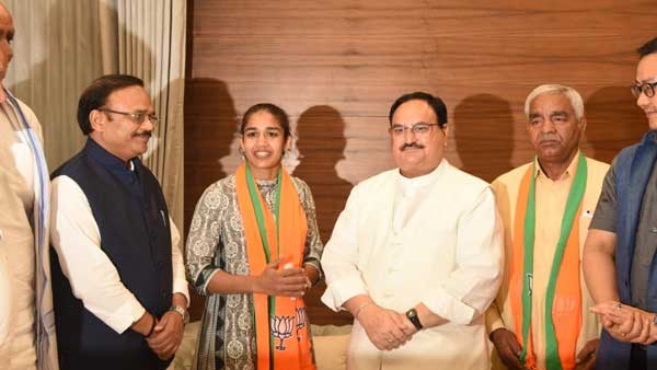 International wrestler Babita Phogat & her father join BJP