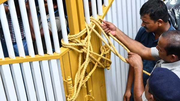 Chandrababu Naidu attempts to defy house arrest, police lock main gate