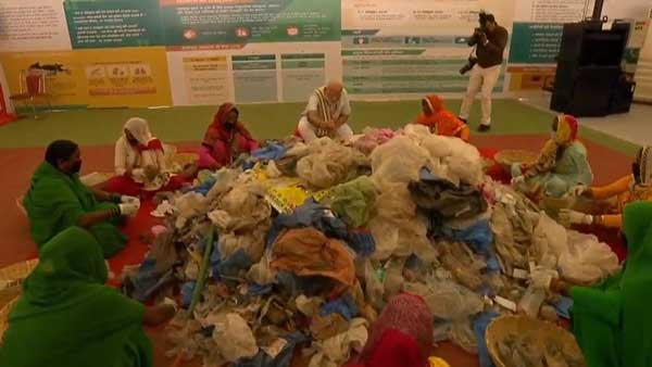 Prime Minister Modi sat with the women who pick plastic from garbage and helped them out