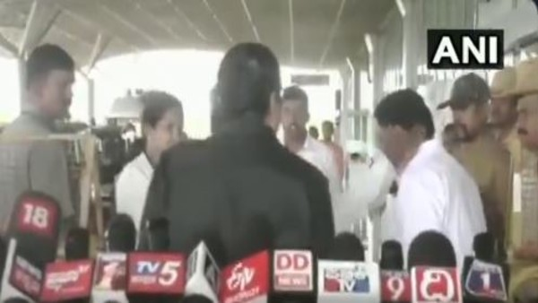Former Ktaka CM Siddaramaiah slaps his aid publicly at Mysuru airport