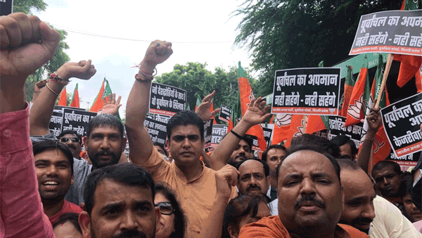 [BJP protests outside Arvind Kejriwal's residence over NRC remark against Manoj Tiwari]