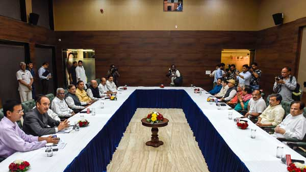[Opposition leaders meet to discuss economic issues, RCEP trade deal]