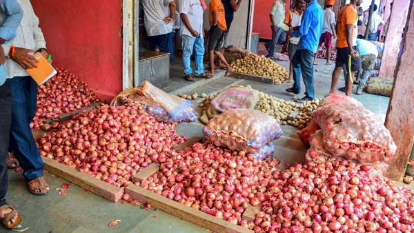 Cong MLAs in HP Assembly wear onion garlands to protest price hike