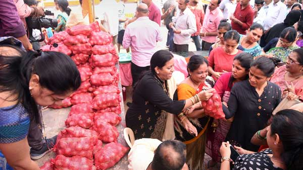 An offer you can't refuse: Buy clothes for Rs 1,000, get 1 kg onions free