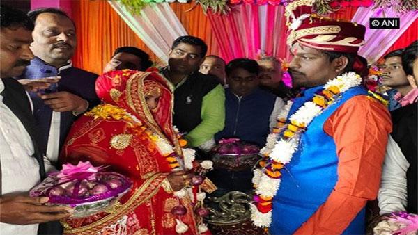 Extraordinary wedding, bride and groom exchange onion garlands