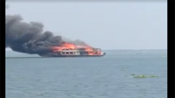 Miracle: Kerala Houseboat catches fire, 13 tourists escape unhurt