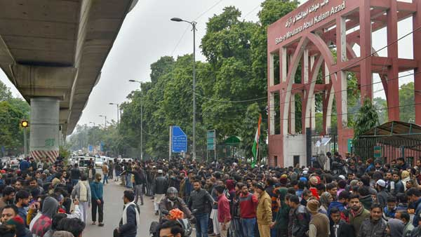 Hundreds of Jamia students gherao VCs office, demand registration of FIR against Delhi Police