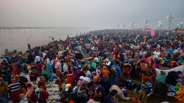 Devotees arrive to take a holy dip at Sangam on the occasion of Makar Sankranti