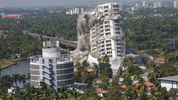 A view of Holy Faith H20, a water-front complex, being demolished using controlled implosion at Maradu in Kochi