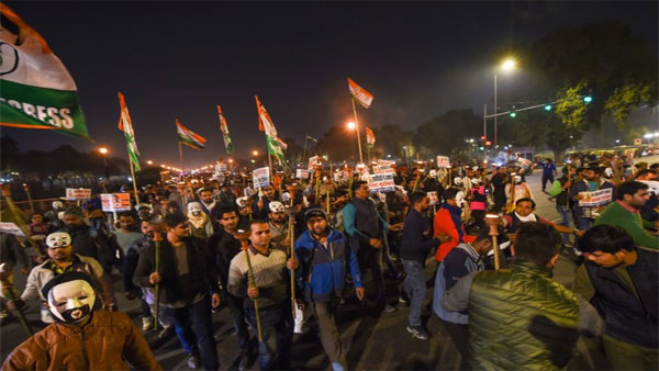 Activists, students in Mumbai shouts slogan at Gateway Of India