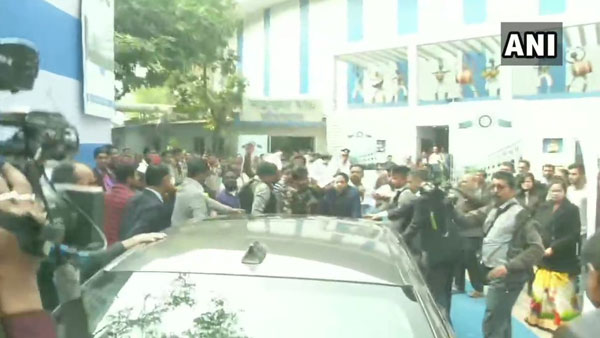 WB: Students of Calcutta University blocks Guv Dhankhar from attending annual convocation
