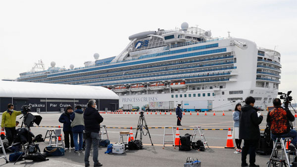 Love boat: Passengers celebrate Valentines Day on quarantined Diamond Princess cruise