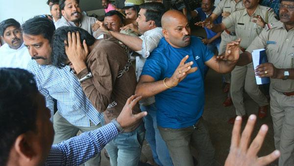 Karnataka: Hubli residents thrash Kashmiri students for raising pro-Pakistan slogans