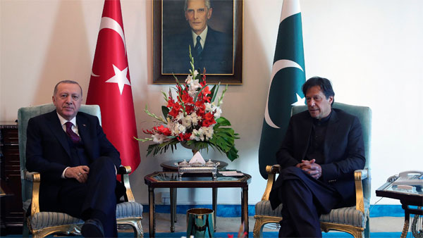 Turkeys President Recep Tayyip Erdogan, left, and Pakistan Prime Minister Imran Khan pose for photos before a meeting, in Islamabad, Pakistan