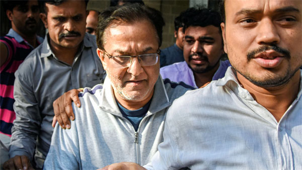 Yes Bank founder Rana Kapoor being taken to a court after being arrested by Enforcement Directorate under money laundering charges, in Mumbai