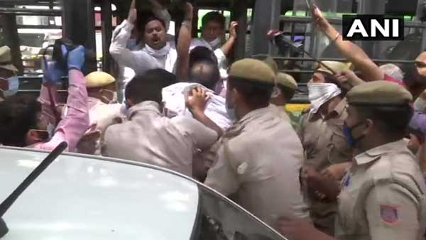 Congress leaders detained for staging a protest in Delhi