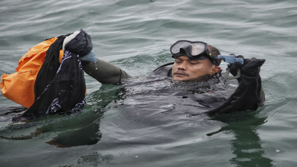 Indonesia plane crash: Divers using high-tech ping locator to retrieve black boxes of Sriwijaya Air jet
