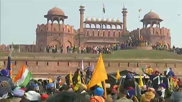 <strong>Protesting farmers enter Red Fort complex, hoist flag</strong>