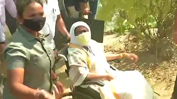 West Bengal assembly polls 2021: Mamata visits booths amid reports of jamming, Suvendu's convoy attacked