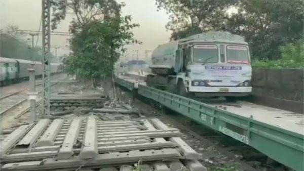 First oxygen express with 70 tonnes of oxygen reaches Delhi
