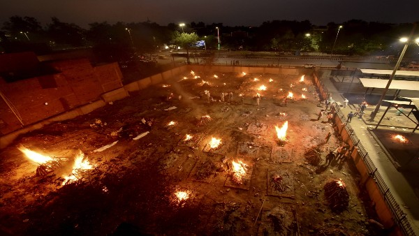 Delhi: SDMC increases daily cremation capacity from 289 to 365 amid surge in COVID deaths