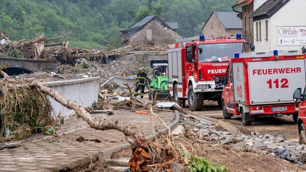 Germany floods: Deaths rise as Merkel visits hard-hit town