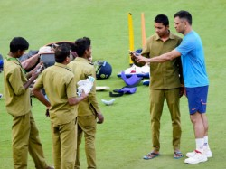 Must See Pic Ms Dhoni Takes Selfie With Ground Staff At Chinnaswamy Stadium