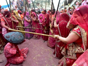 Women beat men with sticks, say <i>Bura na maano, Holi hai</i>