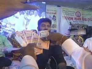 Gujarat: Folk singer showered with wads of cash at devotional programme