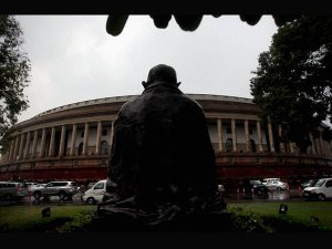 Man tries to commit suicide outside Parl