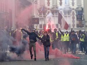 Macron Vows Tax Relief Urges Calm Bid Quell Protests Paris