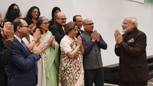 Pm Modi Meets Kashmiri Pandits In Houston Assures Them Of Naya Kashmir