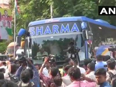 Congress, JD(S) MLAs leave for Raj Bhava
