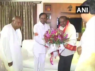 KCR meets Kumaraswamy in Bengaluru