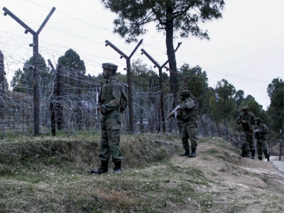 Pak violates ceasefire along LoC