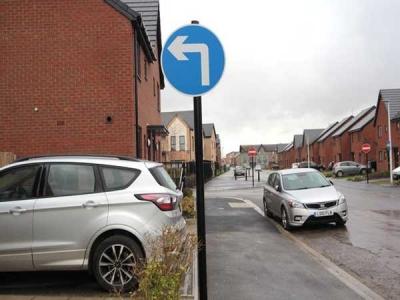 UK: Misplaced 'take left' sign sees cars