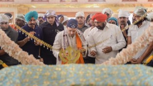 Congress President Rahul Gandhi Pays Obeisance At Gurudwara Singh Sabha