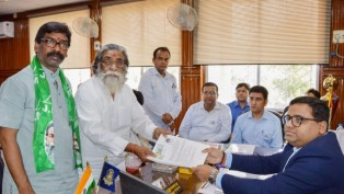 JMM Chief and candidate from Dumka parliamentary seat Sibu Soren files his nomination papers