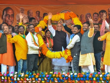 BJP Leaders Garland Union Defence Minister Rajnath Singh And BJP Candidate From Jharia Assembly Ragi