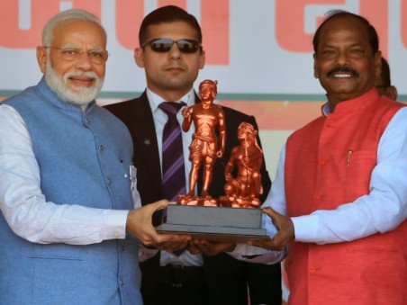 Prime Minister Narendra Modi Being Presented A Memento By Jharkhand Chief Minister Raghubar Das Duri