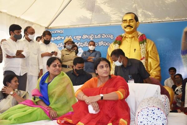 హైదరాబాదు ఇందిరాపార్కు వద్ద వైయస్ షర్మిలా ఉద్యోగ దీక్ష