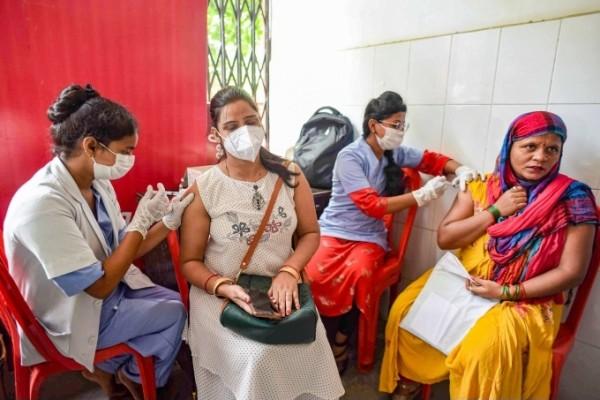 ಚಿತ್ರಗಳು: ಭಾರತದಾದ್ಯಂತ ನಾಗರಿಕರು ಕೋವಿಡ್ -19 ಲಸಿಕೆ ಪಡೆದರು