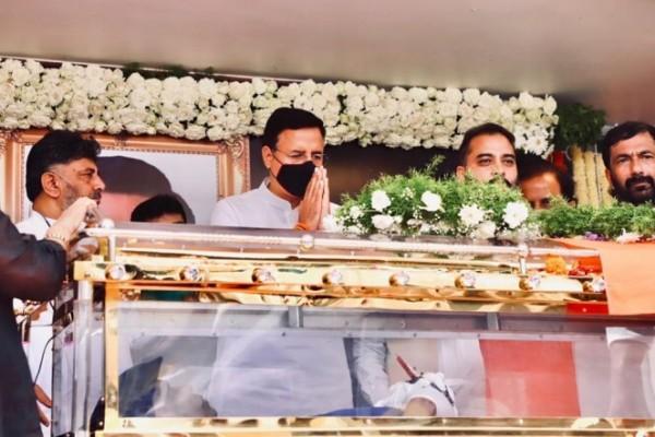ಮಾಜಿ ಕೇಂದ್ರ ಸಚಿವ ಆಸ್ಕರ್ ಫರ್ನಾಂಡಿಸ್ರಿಗೆ ಅಂತಿಮ ನಮನ ಸಲ್ಲಿಸಿದ ರಾಜಕೀಯ ನಾಯಕರು
