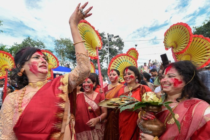 Married Hindu Women Perform Rituals To Celebrate Vijaya Dashami Before The Immersion Of The Idol Of