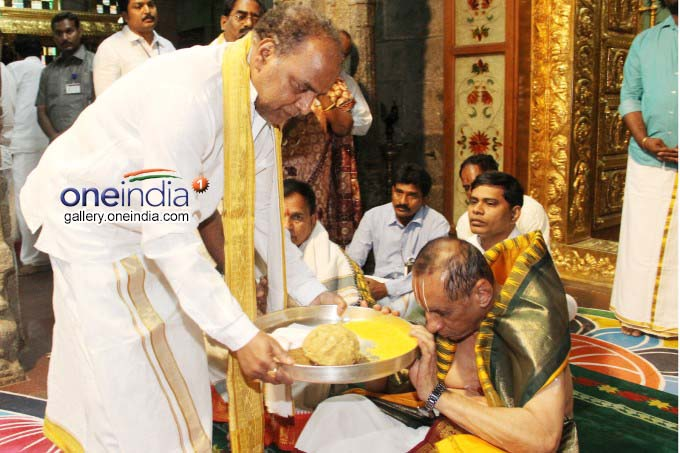 AP Governor ESL Narasimhan Offers Prayers At Sri Pat