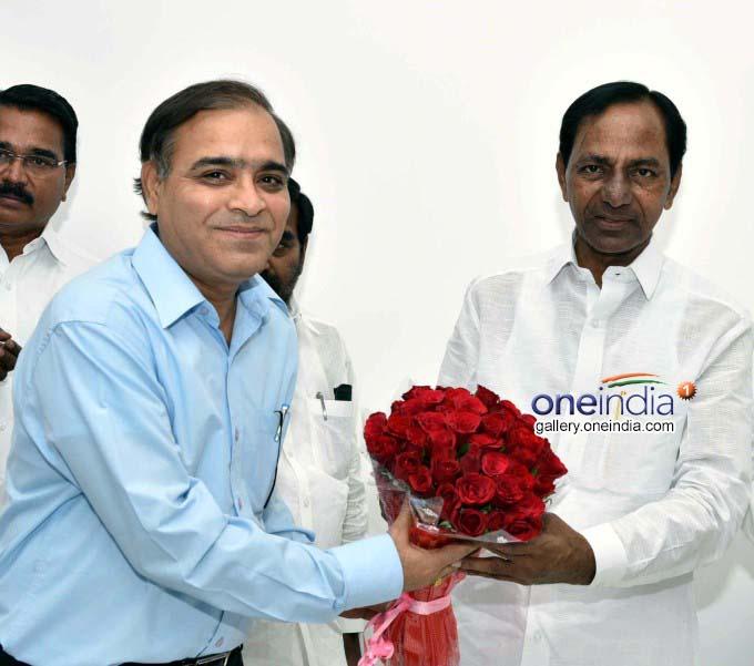 CM KCR Greeted On The Eve New Year At Pragathi Bhavan In Hyderabad