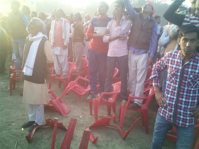 अखिलेश का हेलिकॉप्टर देखने के लिए तोड़ दी कुर्सियां