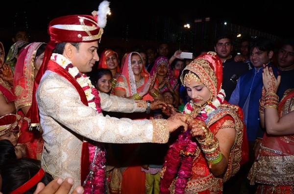 मथुरा में एयर बैलून पर सवार होकर दूल्हा दुल्हन ने की शादी